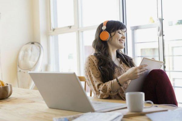 10 benefícios da música durante o trabalho e quais músicas ouvir