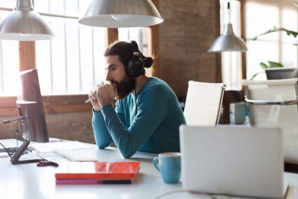 Música no ambiente de trabalho ajuda ou atrapalha a produtividade? Descubra!