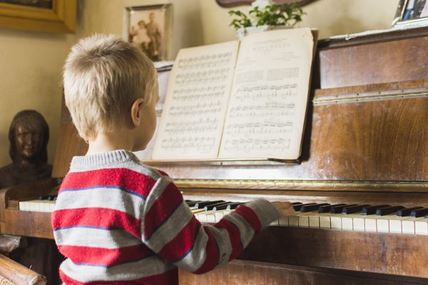 Ensino de música eleva desempenho escolar, diz estudo