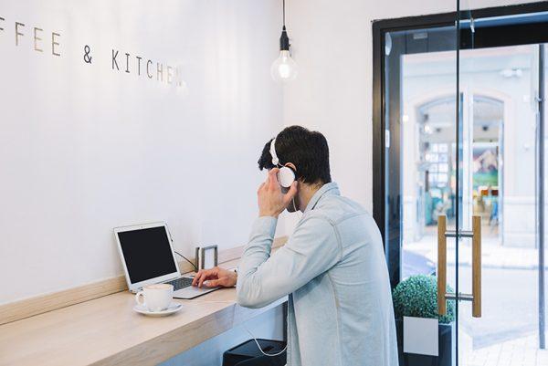 Ouvir Música no Trabalho: melhora a produtividade ou não?